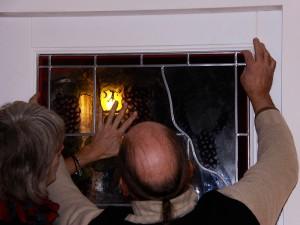 plaatsing gebrandschilderd glas in loodraam