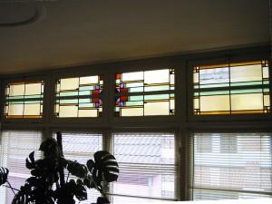 Deels opnieuw repareren, brandschilderwerk van de panelen van het café Oranje Koffiehuis