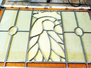 Eerst zorgen dat al 't glas goed gesneden is voor 't brandschilderen. Ook weten waar al 't lood straks weer moet komen!