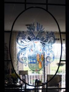 brandschilderwerk familie wapen, in lood gevat en in deur geplaatst.