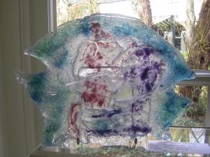 glaskunst , het gieten van vloeibaar glas met kleur pigmenten in een mal van zand met alkite.