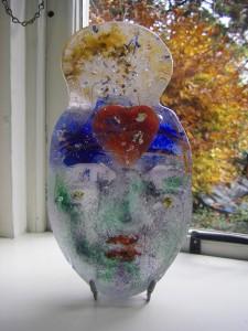 glaskunst giettechniek, gieten van vloeibaar glas van 1200 graden in een mal van zand en alkiet