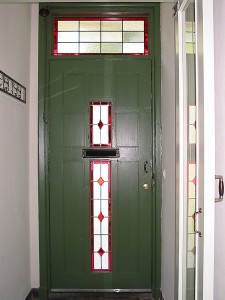 ruitmotief in voordeur, het geheel van t nieuwe glas in lood ontwerp.