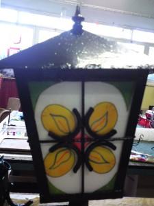 lantaarn met gebrandschilderde vlammen