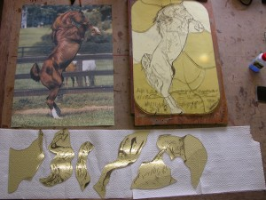 paradepaard op ontwerptafel, in kleine onderdelen, precisie snijwerk!