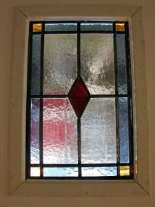Klein detail van de nieuwe glas in lood panelen in de zachte pastel tinten.