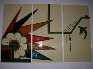 Brandschilderwerk na Oma,s servies van de opdrachtgevers. De drie paneeltjes vormen een geheel in drie aparte kozijntjes.