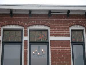 Ontwerp Glas in lood gemaakt naar Oma,s servies van de opdracht geefster, brandschilderwerk.