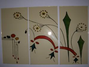 Brandschilderwerk na Oma,s servies van de opdrachtgevers. De drie paneeltjes vormen een geheel in twee aparte kozijntjes.