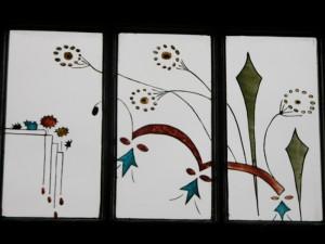 Brandschilderwerk na Oma,s servies van de opdracht gevers. Van binnen uit gezien. Drie verschillende paneeltjes vormen een geheel.
