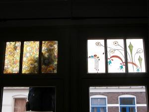Brandschilderwerk na Oma,s servies van de opdracht gevers. Van binnen uit gezien. Eerst zat er plak plastic, wat een verschil!