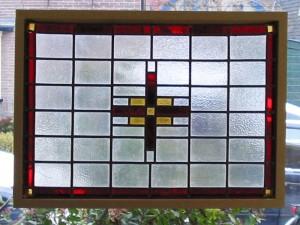 oud glas in lood paneel in houten lijstje als voorhang raam tegen de inkijk