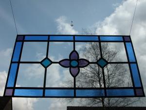 Oud paneeltje, opnieuw in lood gezet, als voorhang raam.