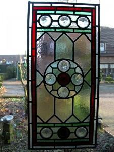 oud glas in lood opnieuw in 't lood gezet, met glas butzen, de ronde stukjes glas.