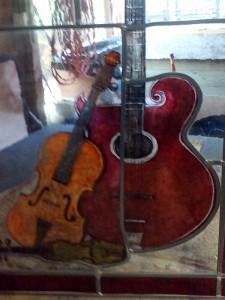 nog een detail van de gitaar, de viool en het dansmeesterviooltje van Hans de Louter