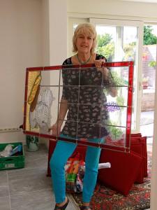 Veronica arriveert met het gebrandschilderde glas in lood raam op locatie