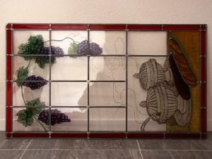 het gebrandschilderde glas in lood raam ligt klaar om te plaatsen