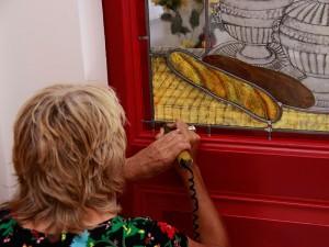 Veronica signeert het tweede gebrandschilderde raam