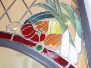 detail glas in lood in ijzeren frame: groenten, tiffany techniek