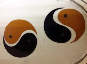 Yin-yang in de glas oven, voor het inbranden van het rondje verf.