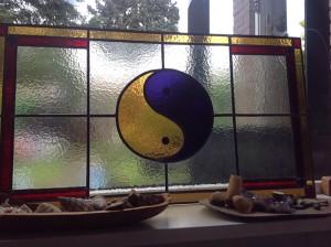 yin-yang ramen eigen ontwerp, combinatie van glas in lood en brandschilder werk.