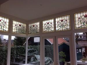 Het resultaat na het terugplaatsen van de glas in lood Jugendstil panelen; de prachtige kleuren komen weer helemaal tot hun recht!