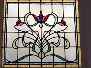 restauratie glas-in-lood: een van de zes Jugendstil ramen van een serre