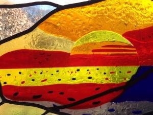 zon opkomst, detail zon met vogels ervoor, brandschilderwerk