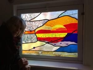 zon opkomst: zon en deel van de wolken fuse-werk, samensmelten van 't glas, strand en schelpen zijn gebrandschilderd