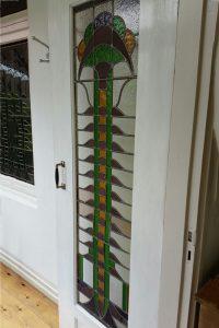 Reparatie opnieuw verloden Jugendstil raam.
