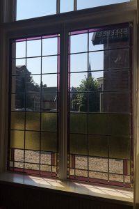 Nogmaals het nieuwe kleurrijke raam van binnenuit